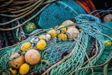 41741648-redes-de-pesca-y-boyas-en-un-puerto-en-bretana